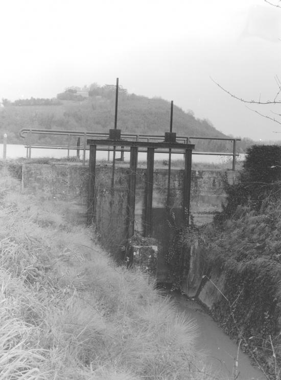 Arveyres, une pelle hydraulique vers le château la Capelle.