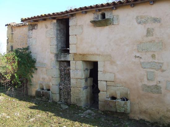 Tizac-de-Curton, une ancienne porcherie et pigeonnier,