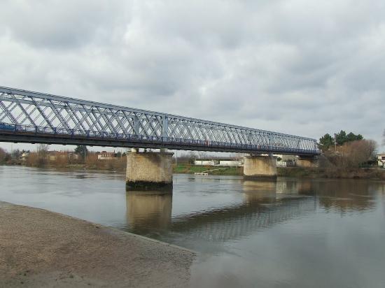 Branne, vue générale du pont sur la Dordogne