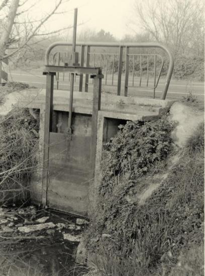 Arveyres, une pelle hydraulique le long de l'ancienne RN89.