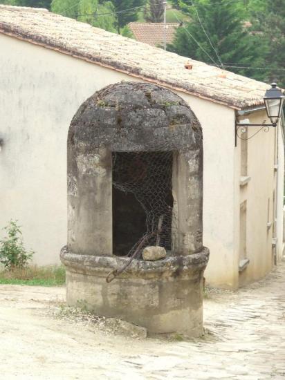 Branne, un puits fermé, rue Saint-Etienne