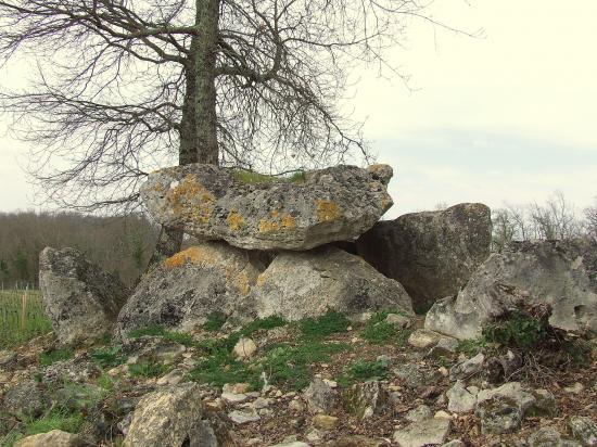 Jugazan, le dolmen de Curton,