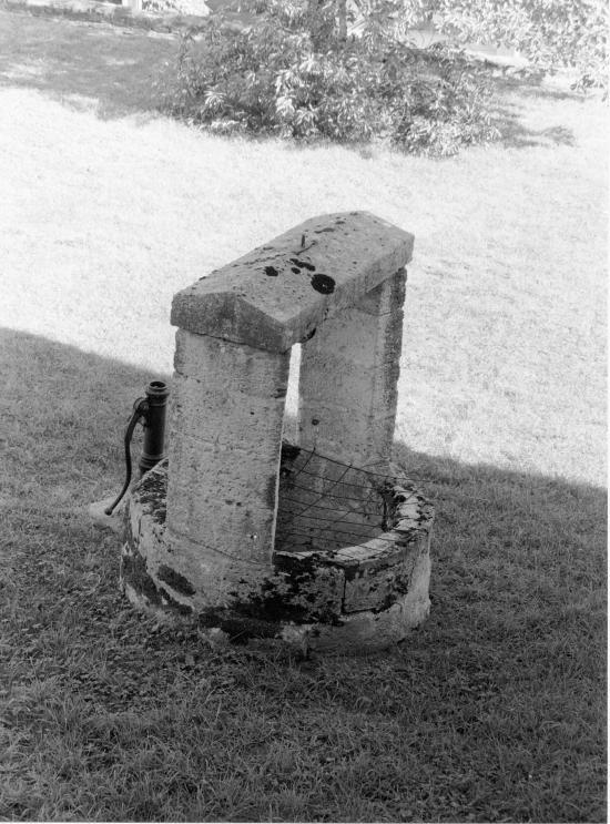 Guitres, un puits, rue du Prieuré.