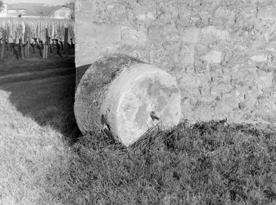 Vignonet, une meule en pierre.