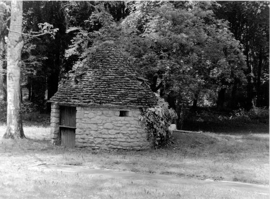 Les Milandes, une cabane en pierre.