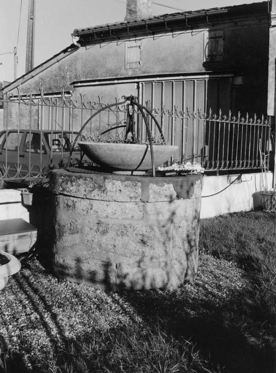 Vignonet, un puits et sa poulie.