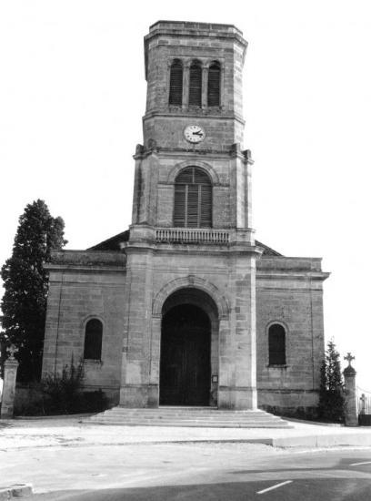 Arveyres, l'église Notre-Dame, après aménagement du parvis.