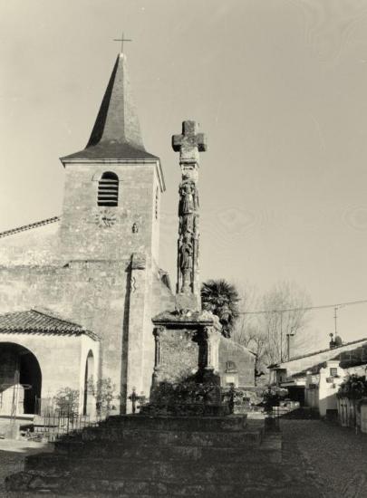 Saint-Pey-d'Armens, la croix du cimetière.