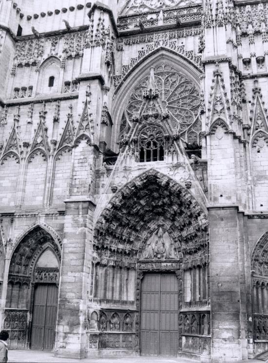 Auxerre, le porche de l'église Saint-Pierre.