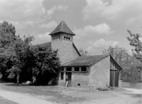 Les Milandes, une maison en pierre face au château.