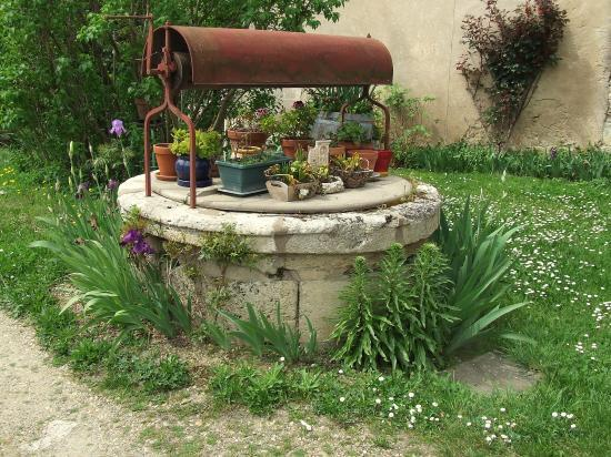Grézillac, un puits à treuil,