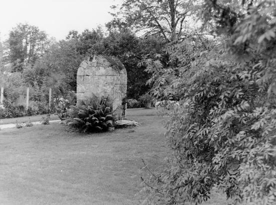 Les Billaux, un très beau puits fermé.