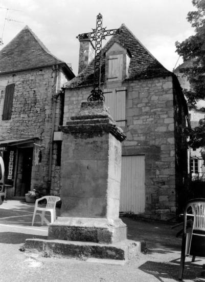 Castelnaud-la-Chapelle, une croix,