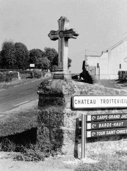 Saint-Emilion, une croix au château Trottevieille.
