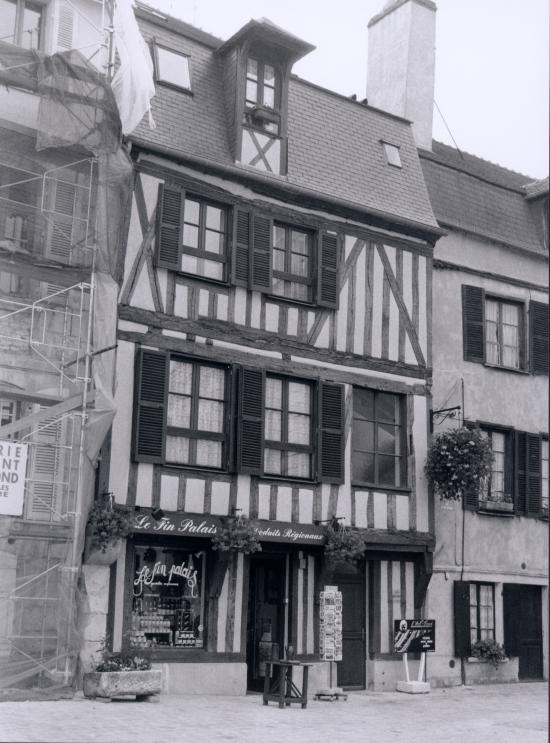 Auxerre, une maison à  pans de bois, le Fin Palais.
