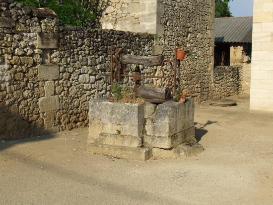 Saint-Quentin-de-Baron, un puits carré vers la mairie