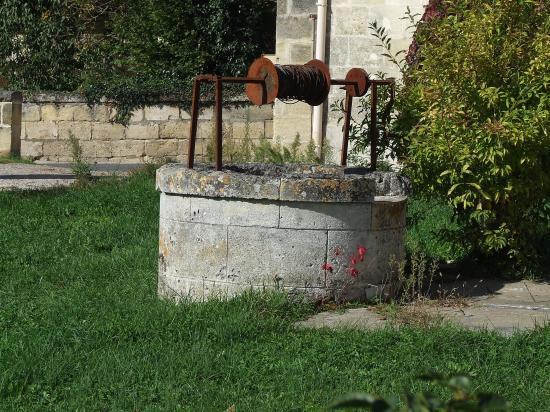 Daignac, un puits à treuil, face à la mairie