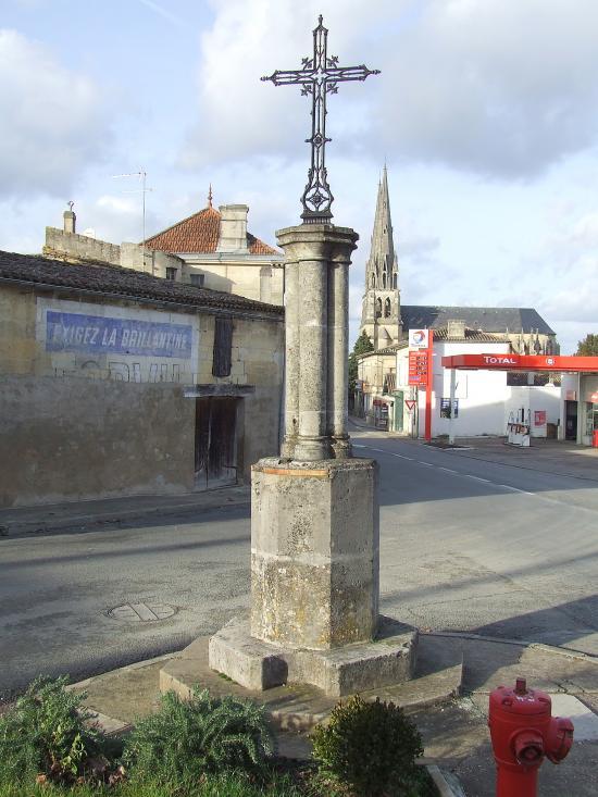 Branne, une croix de carrefour devant le bureau de Poste