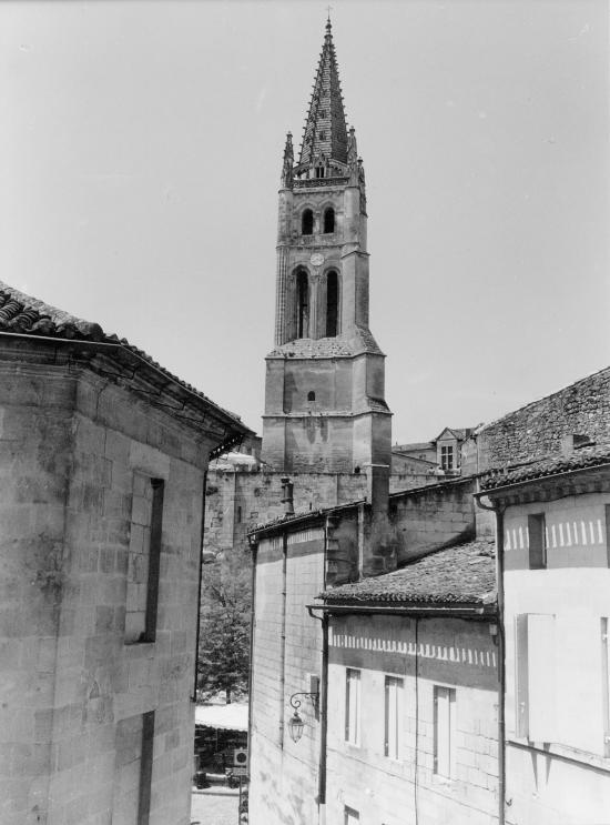 Saint-Emilion, une vue générale sur l'église monolithe.