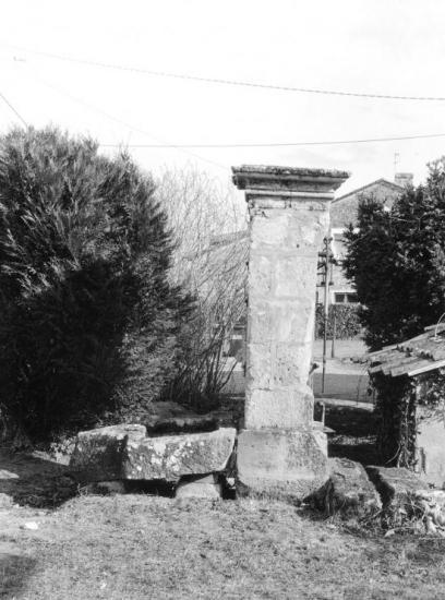 Saint-Sulpice-de-Faleyrens, une fontaine et une pompe à eau.