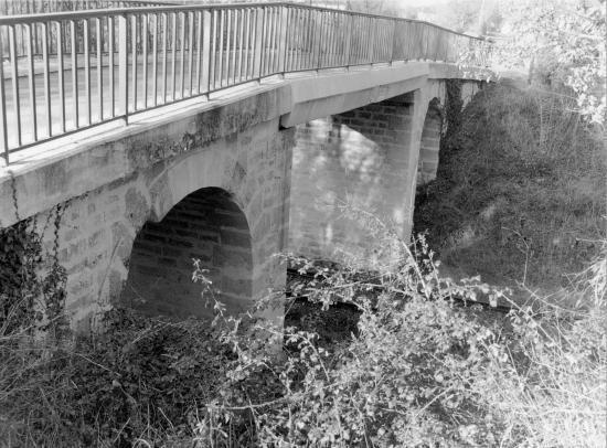 Lapouyade, un pont sur la voie ferrée,