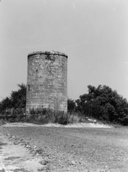 Saint-Emilion, un ancien moulin sur la route de Montagne.