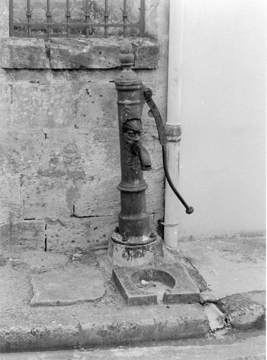 Guitres, une ancienne pompe à bras,