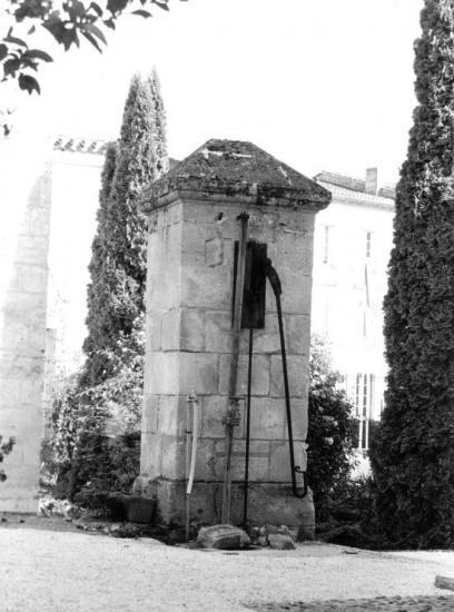 Saint-Emilion, une pompe à eau.