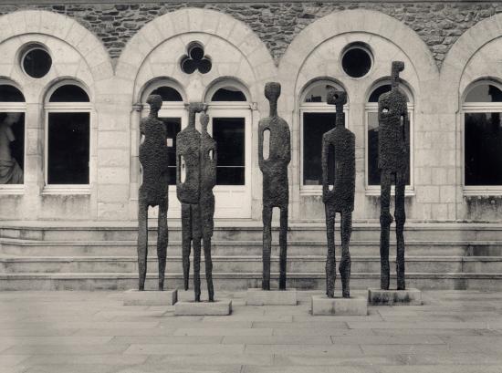 Saint-Nazaire, des statues devant l'Ecole d'Arts plastiques.