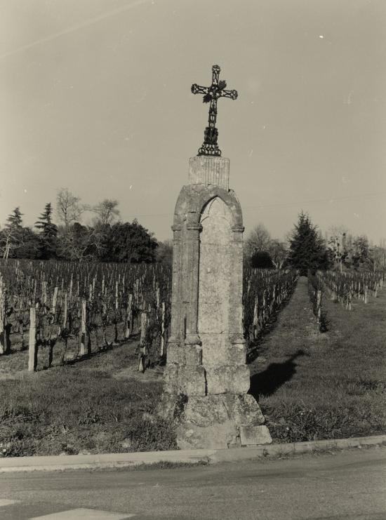Saint-Etienne-de-Lisse, une croix de mission au lieu-dit Rocher.