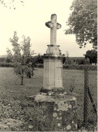 Savignac-de-l'Isle, une croix de mission,