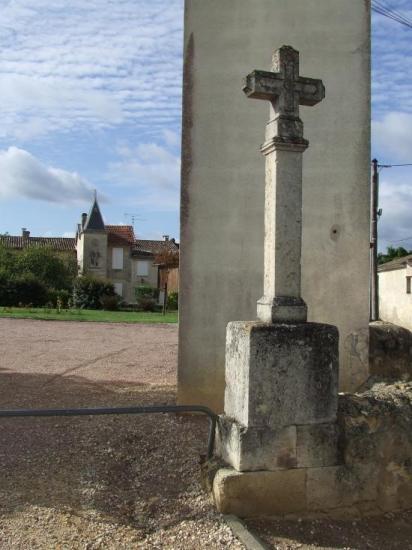 Saint-Quentin-de-Baron, une croix devant la mairie.