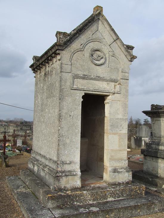 Moulon, une petite chapelle au cimetière.