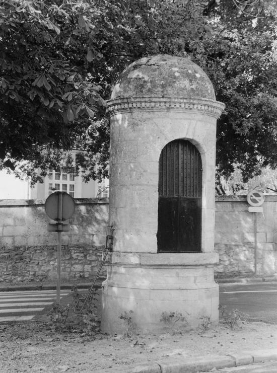 Saint-Christophe-des-Bardes, un puits en dôme, place de la mairie.