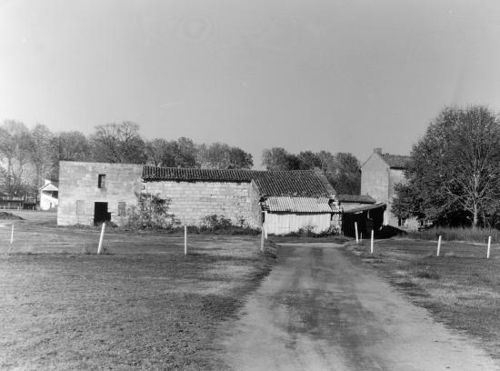 Pomerol, une ensemble de maisons rurales.