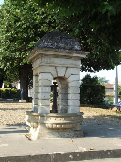 Saint-Quentin-de-Baron, une pompe à eau sur la place.