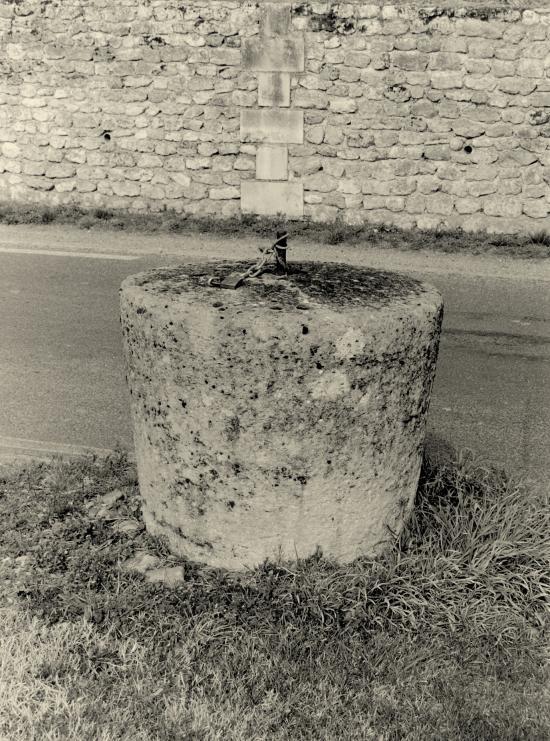 Saint-Etienne-de-Lisse, une meule en pierre.