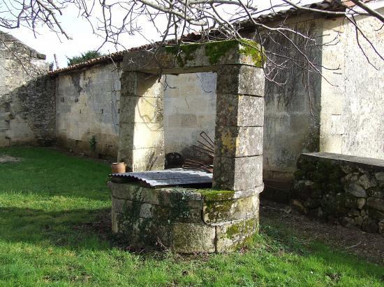 Lugaignac, un puits vers l'église.