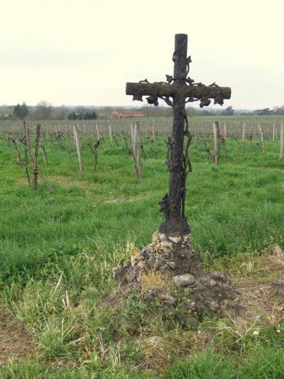 Postiac, une croix en fer décorée,