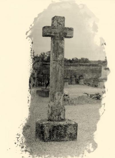Saint-Martin-du-Bois, la croix du cimetière.