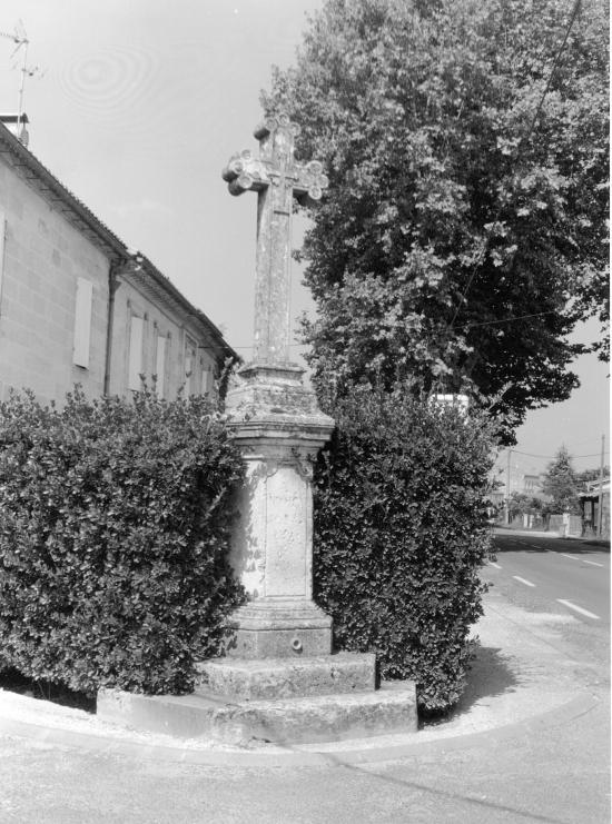 Saint-Denis-de-Pile, une croix de mission, dans le bourg,