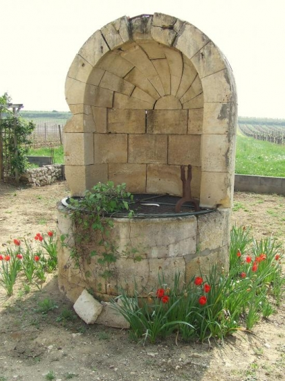 Guillac, un puits fermé avec sa grille de protection,