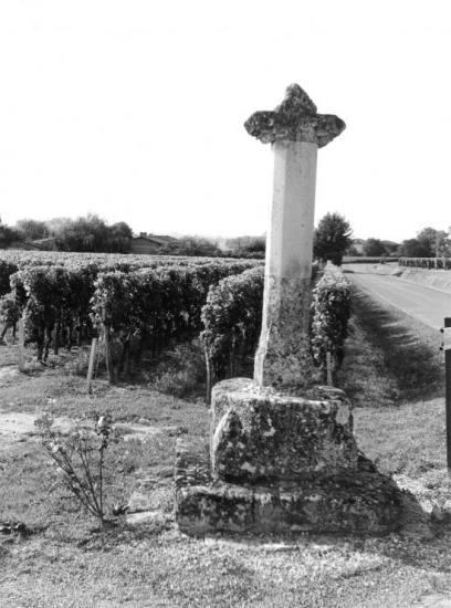 Saint-Emilion, une croix au château Haut-Mazerat.