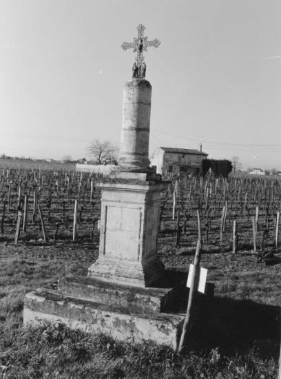 Vignonet, une croix de carrefour.