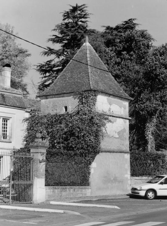 Saint-Germain-du-Puch, un pigeonnier dans le bourg.