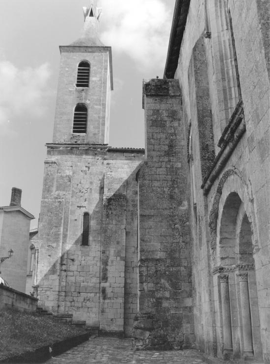 Guitres, l'abbatiale, le clocher,