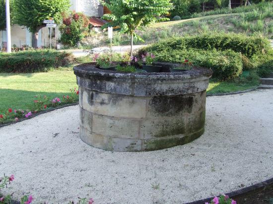 Saint-Quentin-de-Baron, un puits restauré le long du CD936.