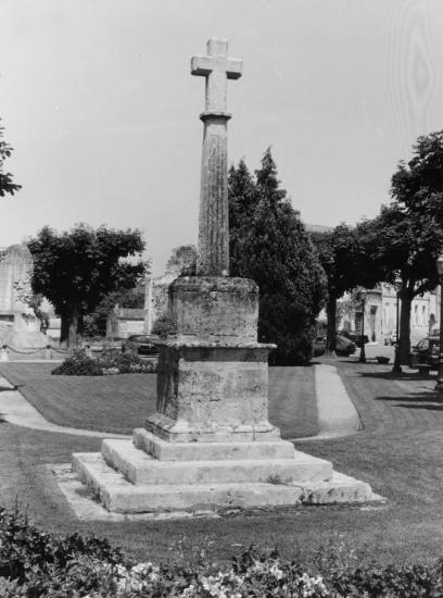 Saint-Emilion, une croix vers l'Abbatiale.