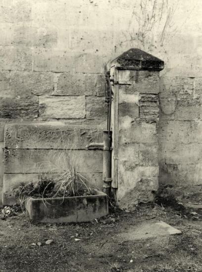 Arveyres, une magnifique pompe à eau sur un puits.