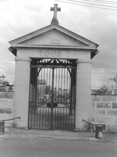 Guitres, le porche du cimetière,